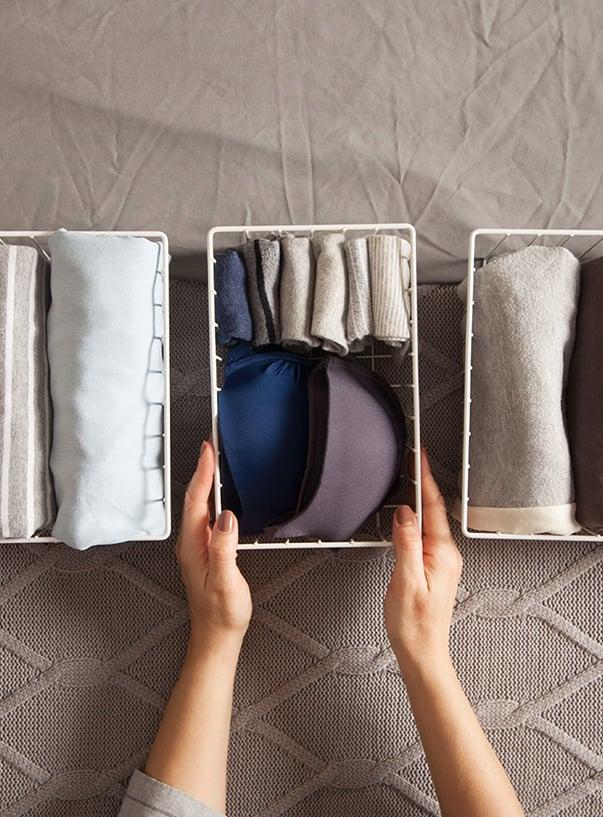 Kleidungsstücke in Ablagebox sortiert