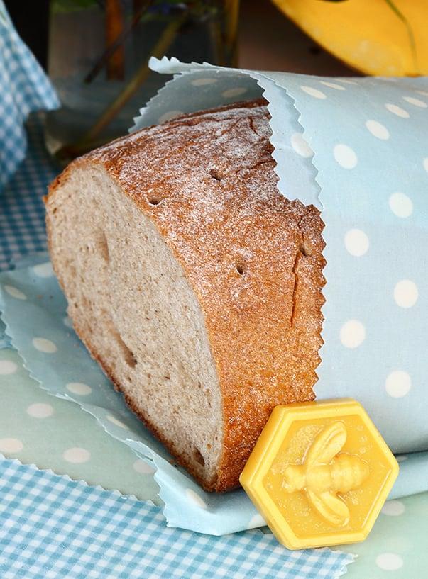 Brot mit Bienenwachswabe