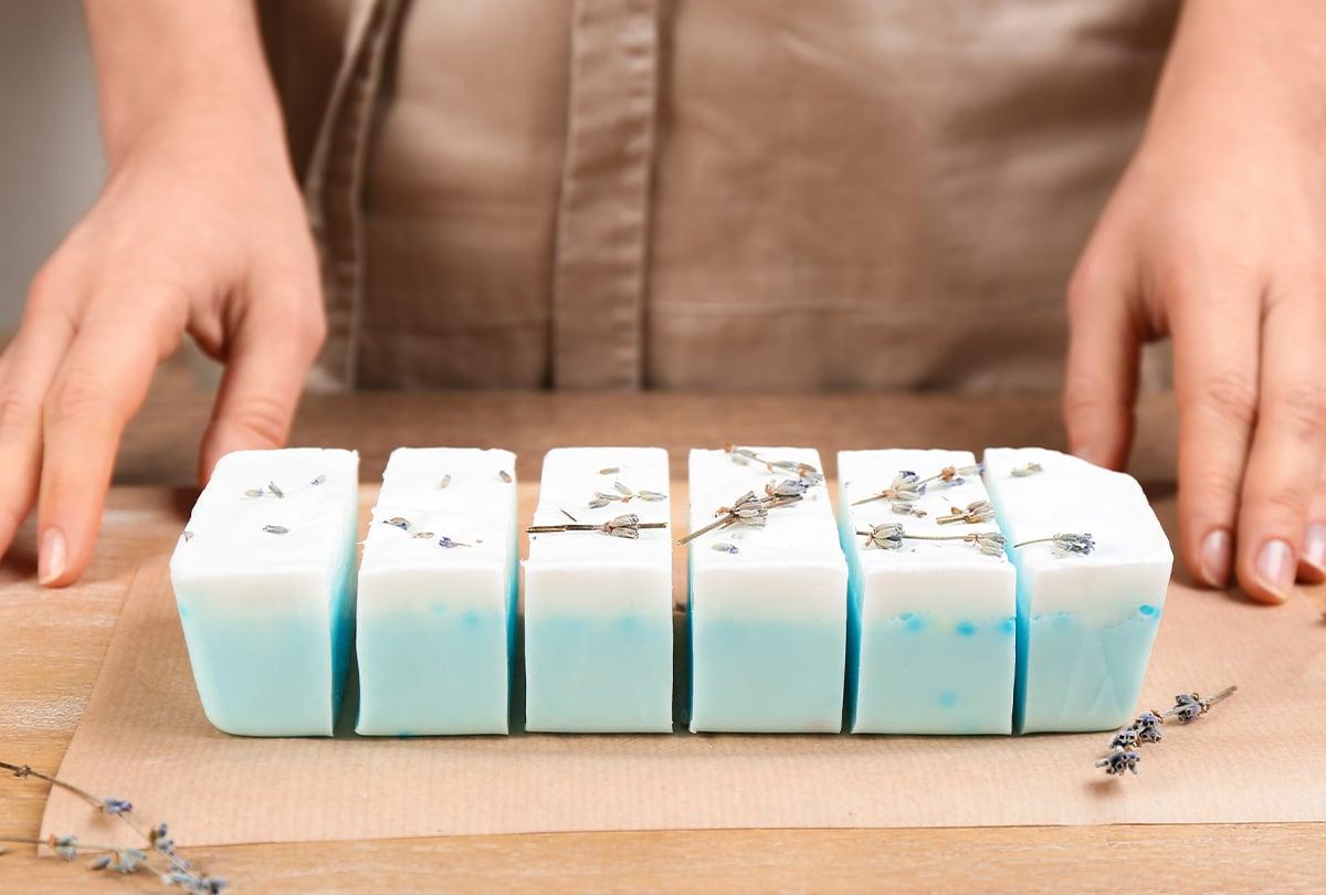 blaue Lavendelseife auf Holzbrett
