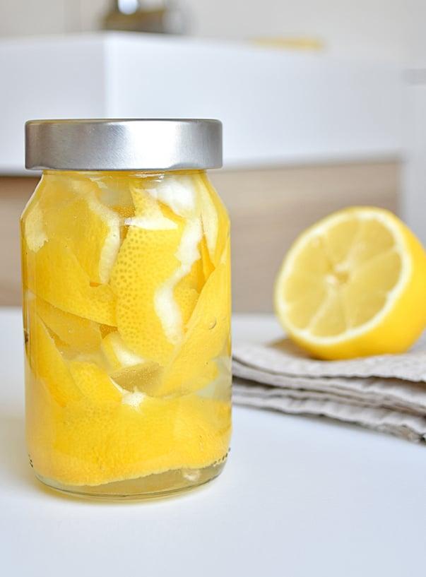 Zitronenschale und Essig in Einmachglas