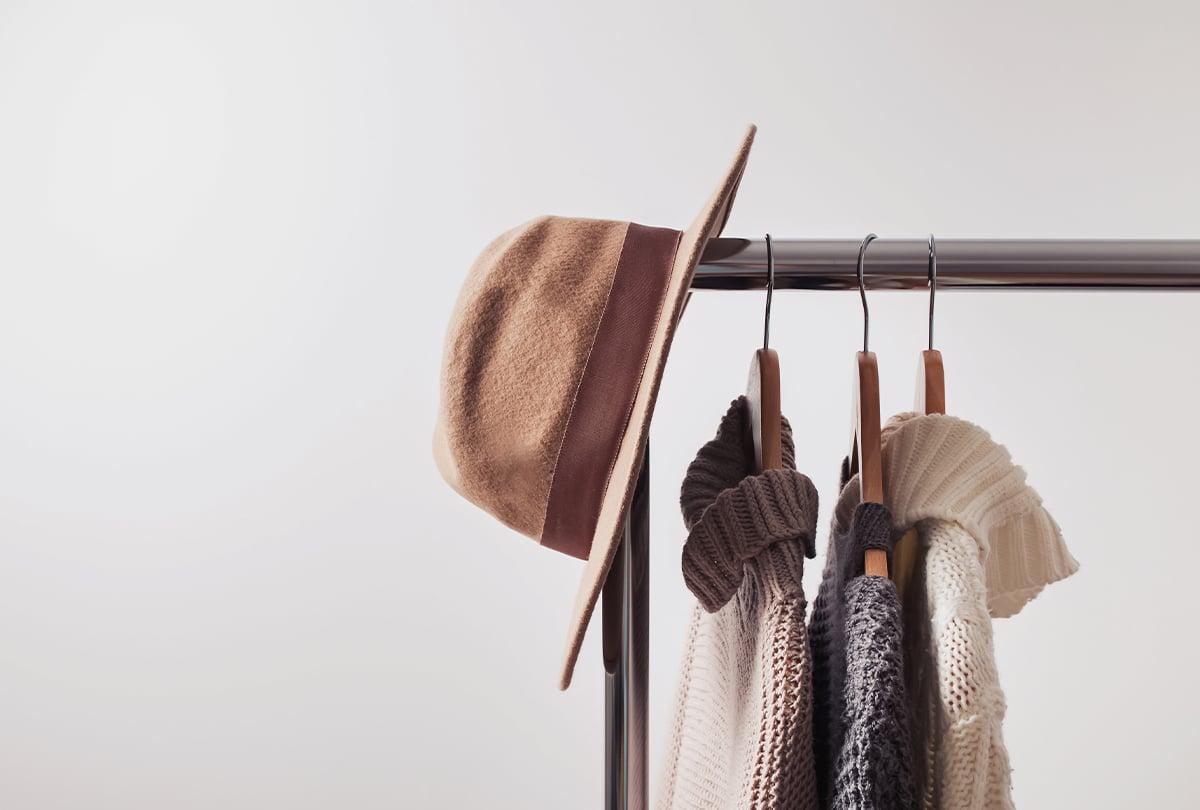 Hut hängt über Kleiderstand