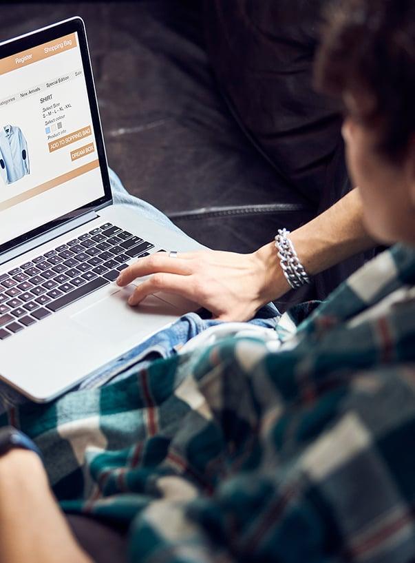 Mann beim Online-Shopping mit Laptop