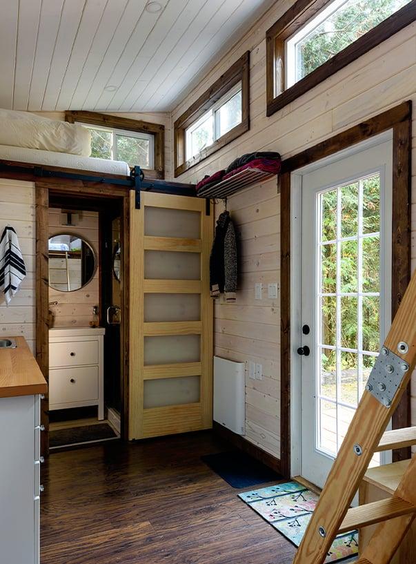 Inneinrichtung einer Küche mit Holzleiter